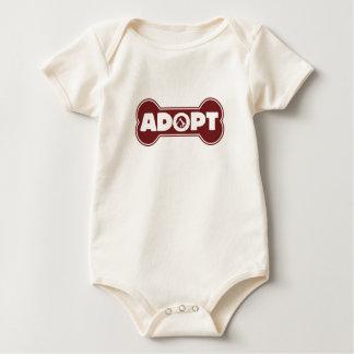 a adopção do cão de estimação e do gato adota macacãozinho para bebês