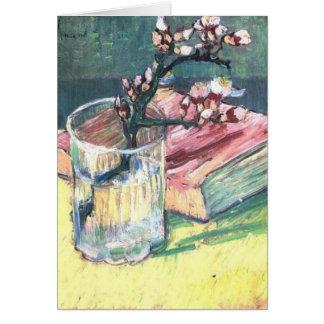 A amêndoa de florescência ramifica em um vidro e cartão