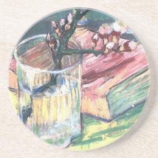A amêndoa de florescência ramifica em um vidro e e porta-copos