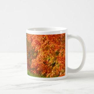 A arte agride o folhagem de outono caneca