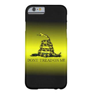 A bandeira de Gadsden amarela e preta desvanece-se Capa iPhone 6 Barely There