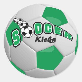A bola de futebol retrocede o verde de | adesivo