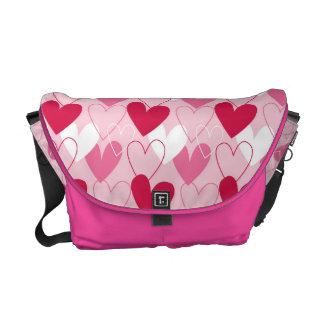 A bolsa mensageiro branca e cor-de-rosa vermelha d