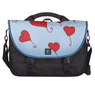 A bolsa mensageiro de flutuação dos corações pastas para laptop
