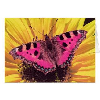 A borboleta é uma flor do vôo cartão comemorativo