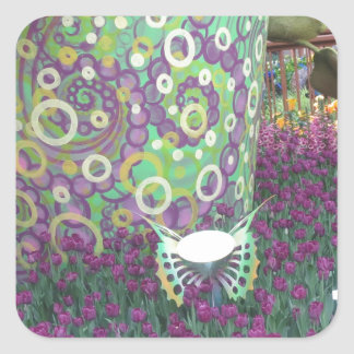 A borboleta pintada das flores de parede do jardim