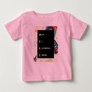 'A camisa cor-de-rosa engraçada do bebê de Midi do
