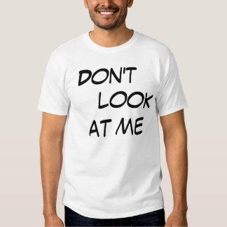"""a camisa para ele """"não o olha """" t-shirts"""