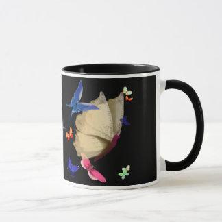 A caneca bege grande da borboleta