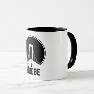 A caneca de café da ponte