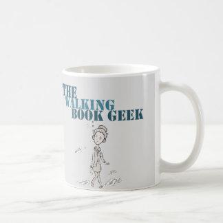 A caneca de passeio do zombi do geek do livro