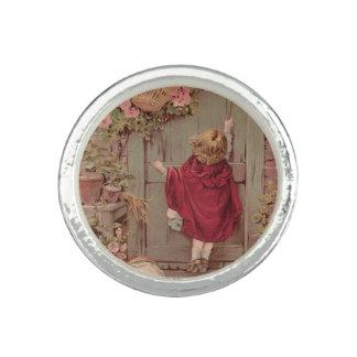 A capa de equitação vermelha bate na porta anel com imagem