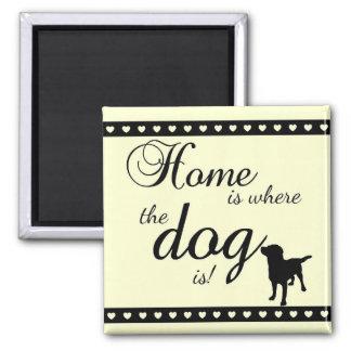 A casa é… Ímã do cão Ímã Quadrado