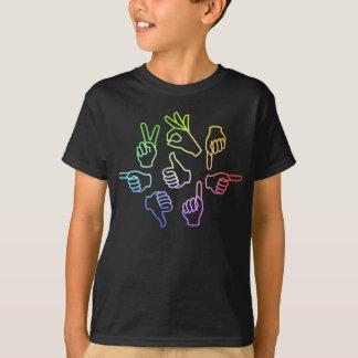 A conversa da mão caçoa o t-shirt escuro