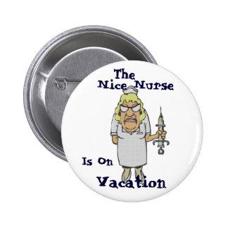 A enfermeira agradável está em férias boton