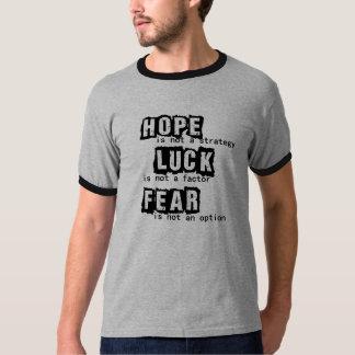 A esperança não é uma estratégia camisetas