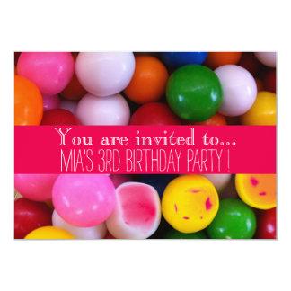 A festa de aniversário do miúdo das bolas de goma convite 12.7 x 17.78cm