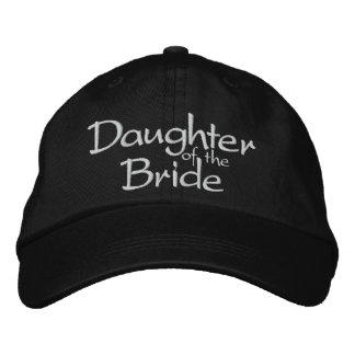 A filha da noiva bordou o boné do casamento