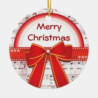 A fita vermelha do Feliz Natal nota o ornamento