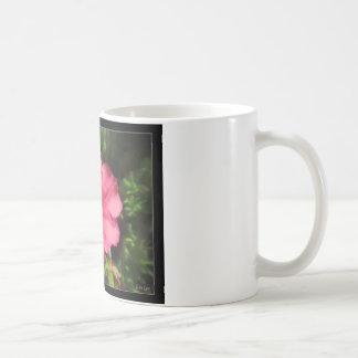 A flor cor-de-rosa desvanece-se caneca da foto