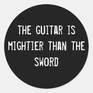 a guitarra é mais poderosa do que a espada adesivo em formato redondo