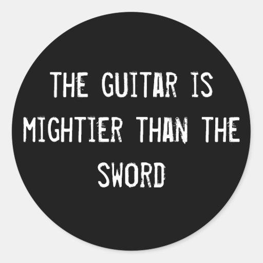 a guitarra é mais poderosa do que a espada adesivo redondo