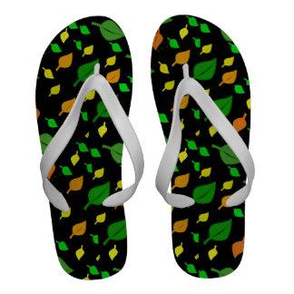 A guloseima pequena colorida bonito deixa o teste sandália de dedo