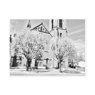 A igreja atrás das árvores em preto e branco