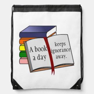A instrução do apoio incentiva livros de leitura mochilas