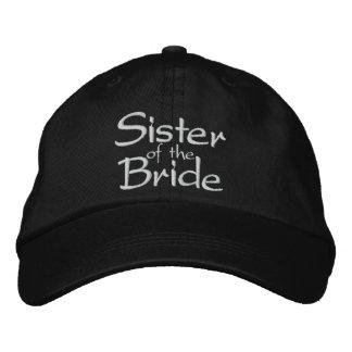 A irmã da noiva bordou o boné do casamento