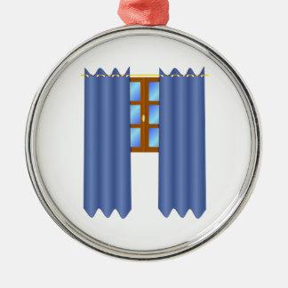 A janela com drapeja ornamento redondo cor prata