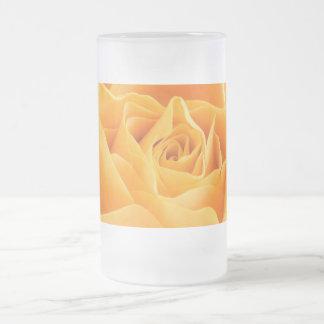 A laranja bonito aumentou caneca de vidro fosco