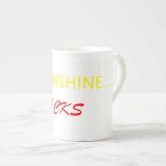 A luz do sol balança a caneca de café