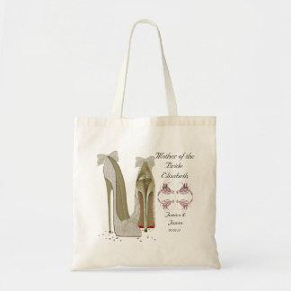 A mãe do casamento da noiva calça o saco do bolsa tote