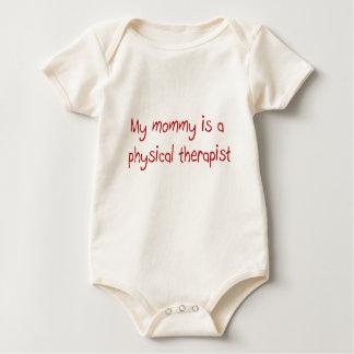 A mamãe é um t-shirt do bebê do fisioterapeuta
