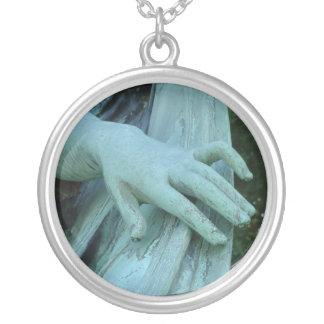 A mão de um anjo colar banhado a prata