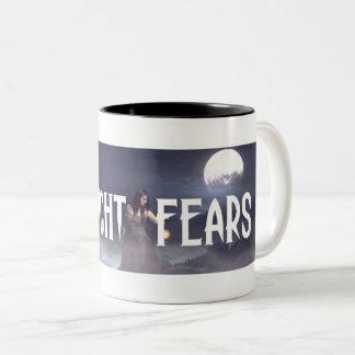 A meia-noite teme a caneca de café de dois tons