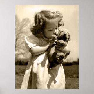 A menina do vintage beija o filhote de cachorro poster