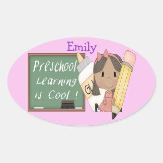 A menina étnica pré-escolar que aprende é Sticke Adesivos Ovais