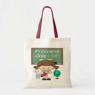 A menina pré-escolar que aprende é as bolsas legal