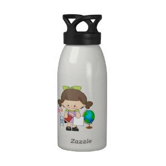 A menina pré-escolar que aprende é garrafa de água