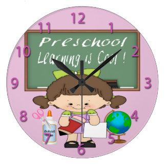 A menina pré-escolar que aprende é pulso de relógios para paredes