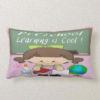A menina pré-escolar que aprende é travesseiro almofada lombar