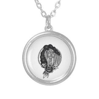 a morsa com quadro tradicional afro da corda e colar banhado a prata