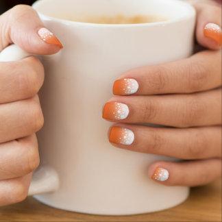 A neve elegante pontilha a laranja do Dia das Nail Art