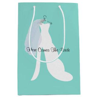 A noiva e o véu aqui vêm o saco do presente da sacola para presentes média