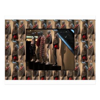 A parada da forma modela o modelo da roupa do cartão postal