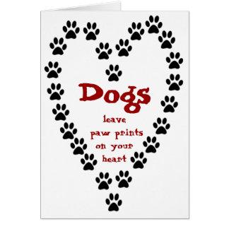 A pata do cão imprime o coração cartão de nota