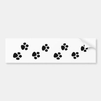 A pata do proprietário do cão de estimação imprime adesivo para carro