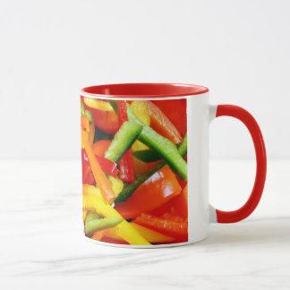 A pimenta colorida corta a caneca de café